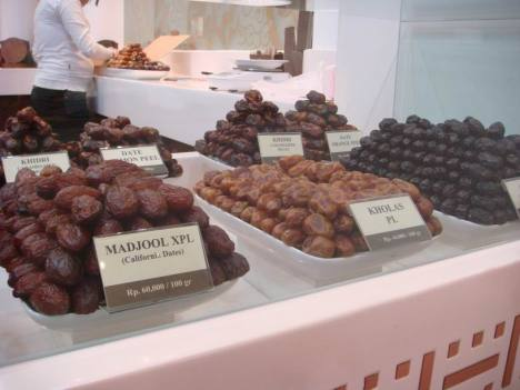 Kurma isi almond di toko Bateel, Plaza Senayan City