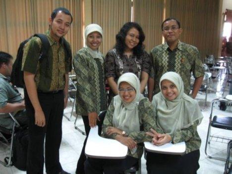 Teman-teman kuliahku juga pake batik :-)