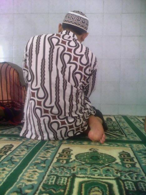 Menghadap Allah dengan batik. Songkok juga bermotif batik :-)