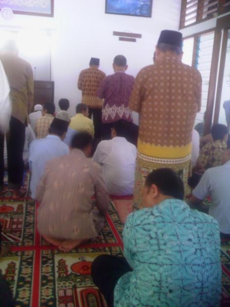 Sholat Jum'mat pakai baju batik