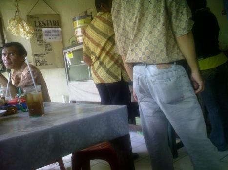 Ngantri makan di warung juga pakai batik