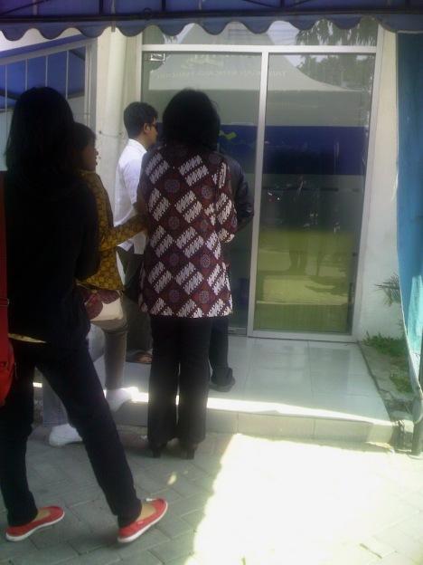 Ngantri di ATM juga pakai batik :-)
